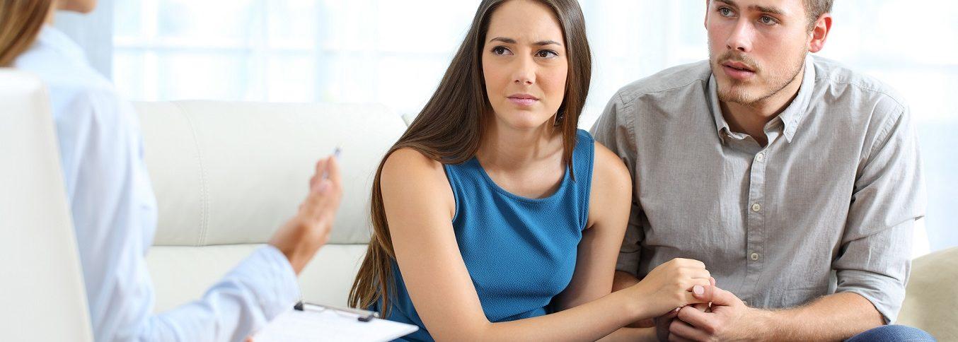 Besorgtes Paar hört auf den Eheberater